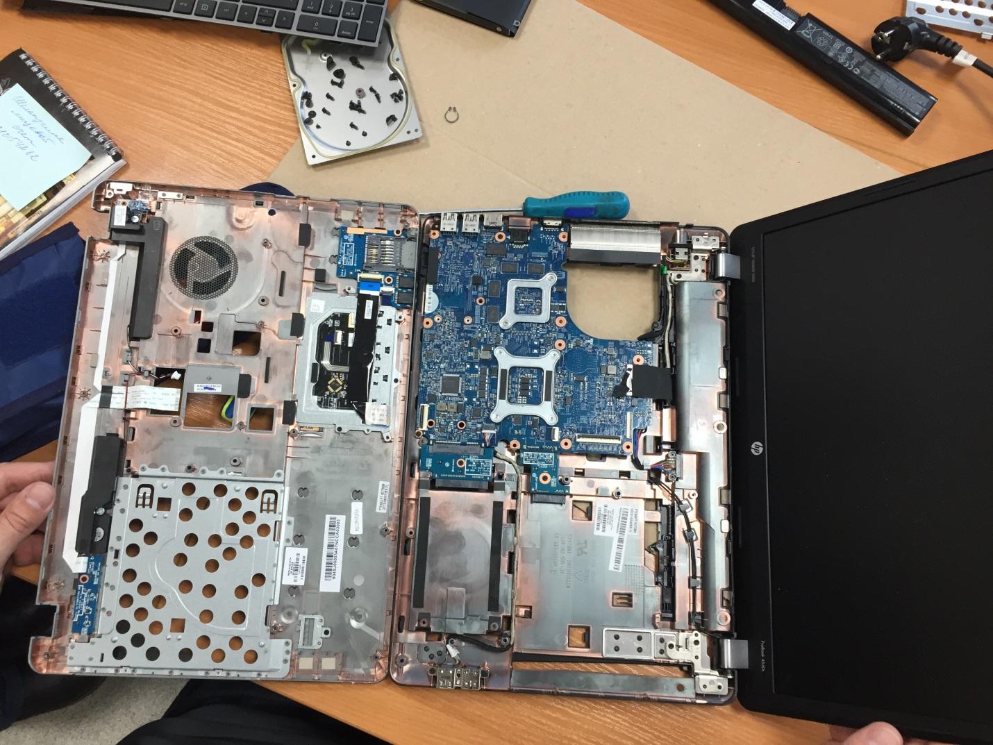 Клавиатура снята, теперь вы можете заменить ее исправной и собрать ноутбук в обратном порядке